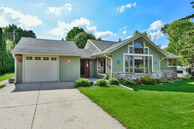 935 S Elm Grove Road, Brookfield, WI 53005 (#1691063) :: RE/MAX Service First Service First Pros
