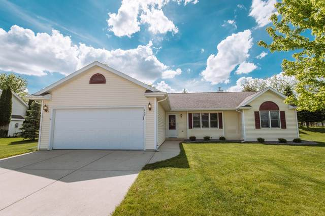 962 Hickory Creek Dr, Oconomowoc, WI 53066 (#1691121) :: RE/MAX Service First Service First Pros
