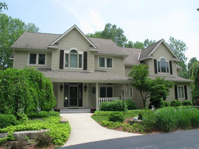 8840 N Lodgewood Rd, River Hills, WI 53217 (#1696438) :: RE/MAX Service First Service First Pros