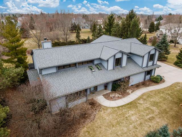 4425 W Meadow Cir W, Mequon, WI 53092 (#1698437) :: RE/MAX Service First Service First Pros