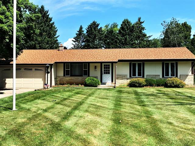 3340 Mount Ln, Richfield, WI 53033 (#1698527) :: RE/MAX Service First Service First Pros