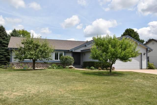 N24W22722 Meadowood Ln, Pewaukee, WI 53186 (#1700535) :: OneTrust Real Estate
