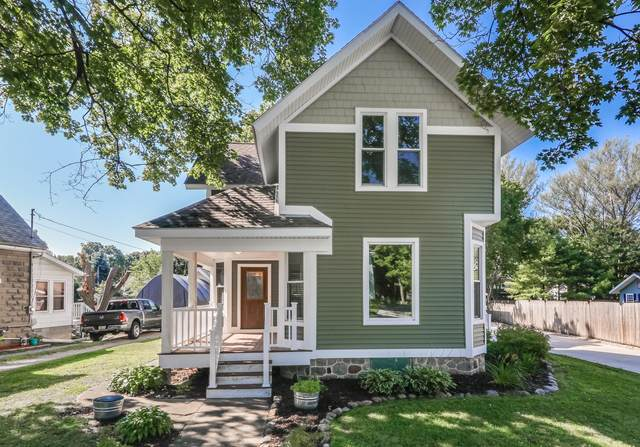 307 W Walworth Ave, Elkhorn, WI 53121 (#1703418) :: RE/MAX Service First Service First Pros