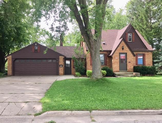 569 Pine St, Hartford, WI 53027 (#1709953) :: Tom Didier Real Estate Team