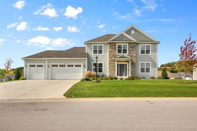W275N351 Arrowhead Trl, Pewaukee, WI 53188 (#1711064) :: Tom Didier Real Estate Team