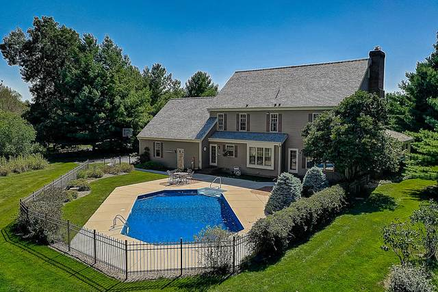 121 S Laurel Cir, Delafield, WI 53018 (#1713250) :: RE/MAX Service First Service First Pros