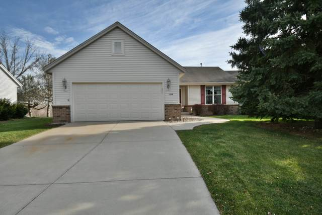 1208 Chesterwood Ln, Pewaukee, WI 53072 (#1719378) :: Tom Didier Real Estate Team