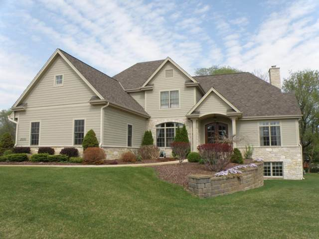 2000 Carriage Hills Dr, Delafield, WI 53018 (#1723815) :: OneTrust Real Estate
