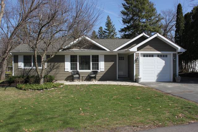 847 Featherstone Dr, Fontana, WI 53125 (#1733396) :: Tom Didier Real Estate Team
