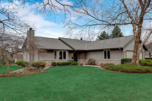 S52W23066 Hunters Hollow, Waukesha, WI 53189 (#1734101) :: RE/MAX Service First