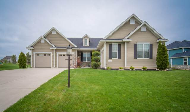 7820 W Mourning Dove Ln, Mequon, WI 53097 (#1738963) :: Re/Max Leading Edge, The Fabiano Group