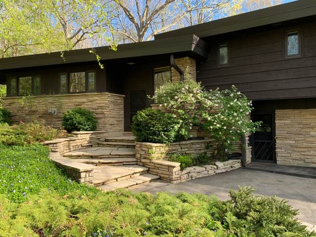 5001 W Parkview Dr, Mequon, WI 53092 (#1740172) :: Keller Williams Realty - Milwaukee Southwest