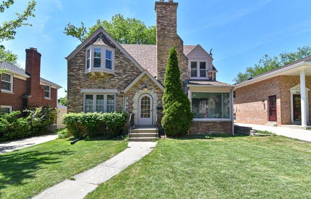 2557 N 81st St, Wauwatosa, WI 53213 (#1743686) :: EXIT Realty XL