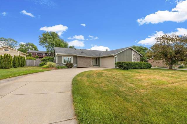 354 Forest Grove Dr, Pewaukee, WI 53072 (#1754367) :: EXIT Realty XL