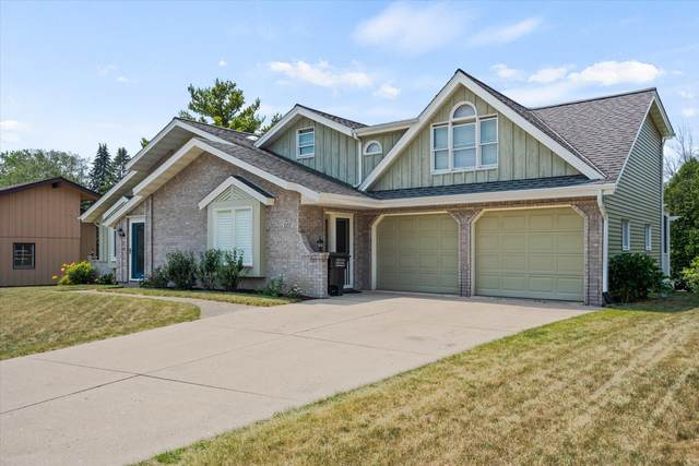 8231 S Cascade Ct, Franklin, WI 53132 (#1755054) :: Tom Didier Real Estate Team