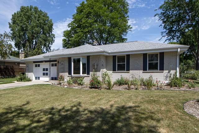 10610 W Robinwood Lane, Franklin, WI 53132 (#1755558) :: Tom Didier Real Estate Team