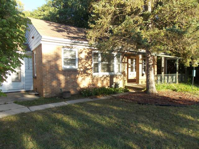 5052 S 68th St, Greenfield, WI 53220 (#1763277) :: RE/MAX Service First