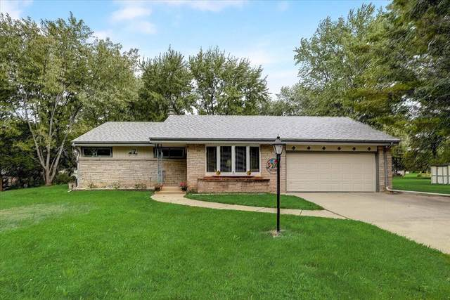 2300 S Meadowmere Pkwy, New Berlin, WI 53151 (#1764892) :: Re/Max Leading Edge, The Fabiano Group