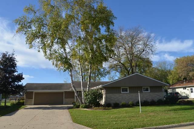 445 Harvard St, Oconomowoc, WI 53066 (#1768747) :: Keller Williams Realty - Milwaukee Southwest