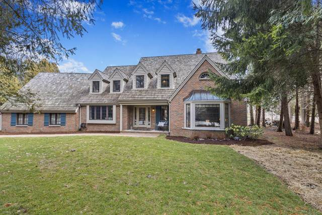 9624 N Crestwood Ct, Mequon, WI 53092 (#1679965) :: Tom Didier Real Estate Team