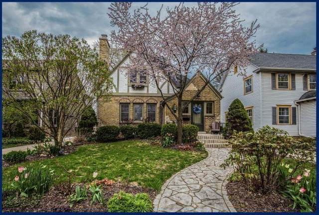 5964 N Kent Ave, Whitefish Bay, WI 53217 (#1748704) :: RE/MAX Service First