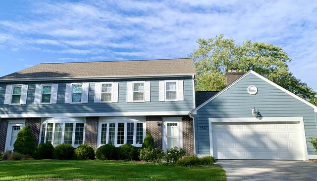 942 W Shaker Cir, Mequon, WI 53092 (#1736254) :: Tom Didier Real Estate Team
