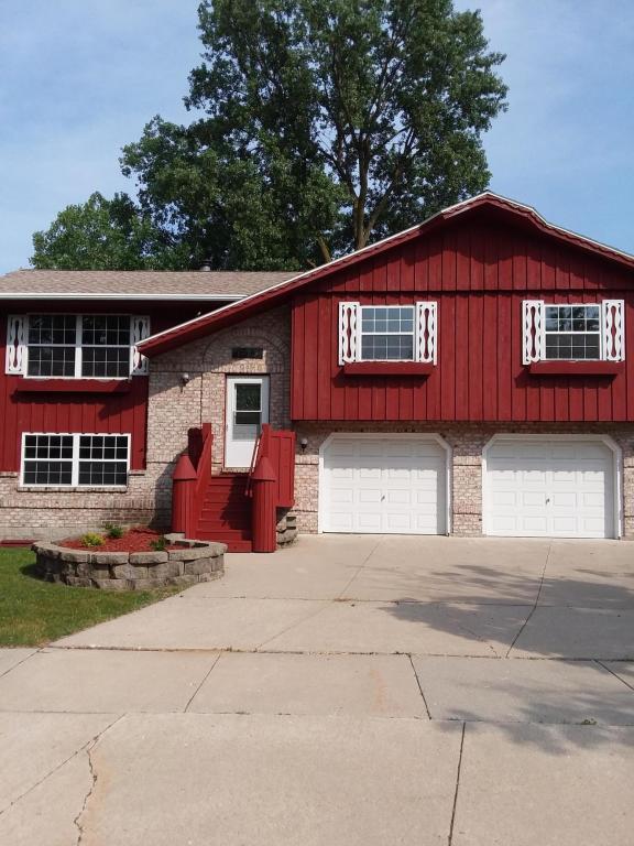 1139 N Glenwood Cir, West Bend, WI 53095 (#1590360) :: Tom Didier Real Estate Team