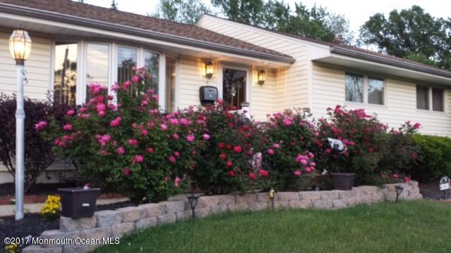 6 Old Manor Road, Holmdel, NJ 07733 (MLS #21718317) :: The Dekanski Home Selling Team