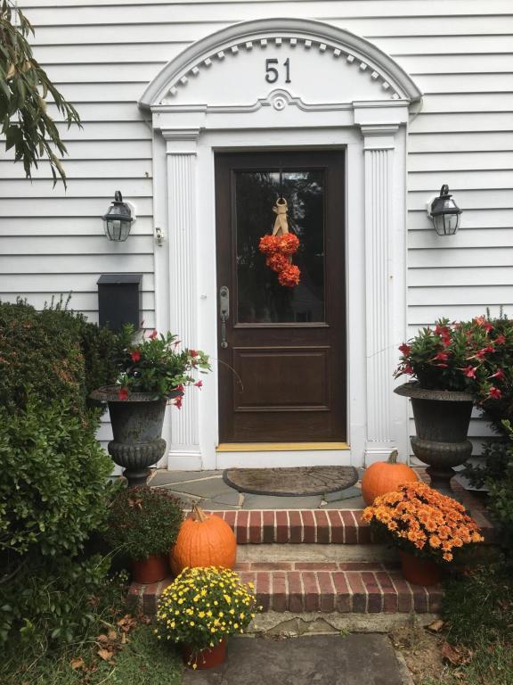 51 Woodland Drive, Fair Haven, NJ 07704 (MLS #21738082) :: The Dekanski Home Selling Team