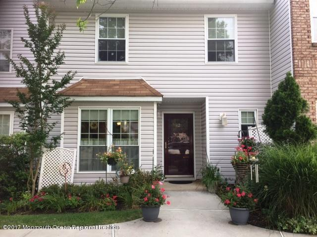 62 Foxwood Place, Morganville, NJ 07751 (MLS #21729682) :: The Dekanski Home Selling Team