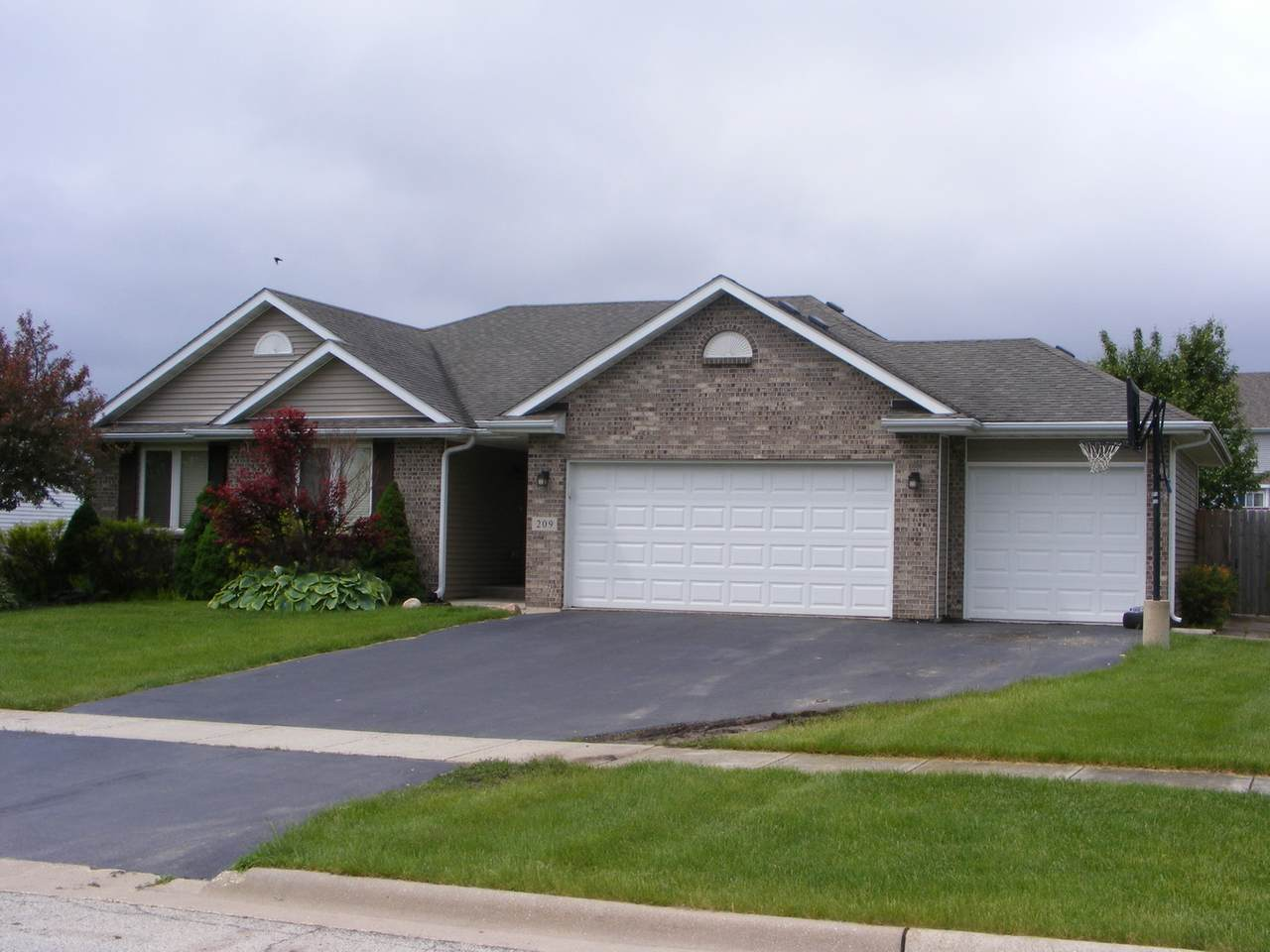 209 Oak Leaf Drive - Photo 1