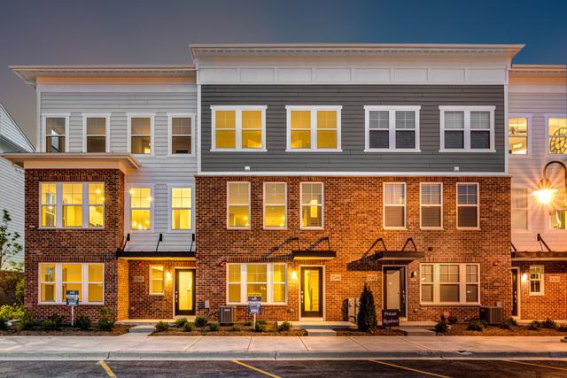 6-7 Irving Place, Woodridge, IL 60517 (MLS #09859301) :: Lewke Partners