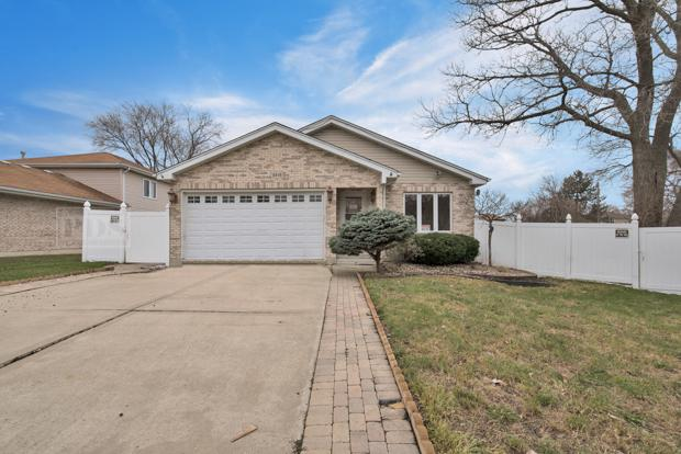 8414 S 82nd Court, Hickory Hills, IL 60457 (MLS #09919407) :: The Wexler Group at Keller Williams Preferred Realty