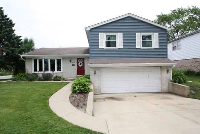 1815 N Mura Lane, Mount Prospect, IL 60056 (MLS #09987159) :: Lewke Partners