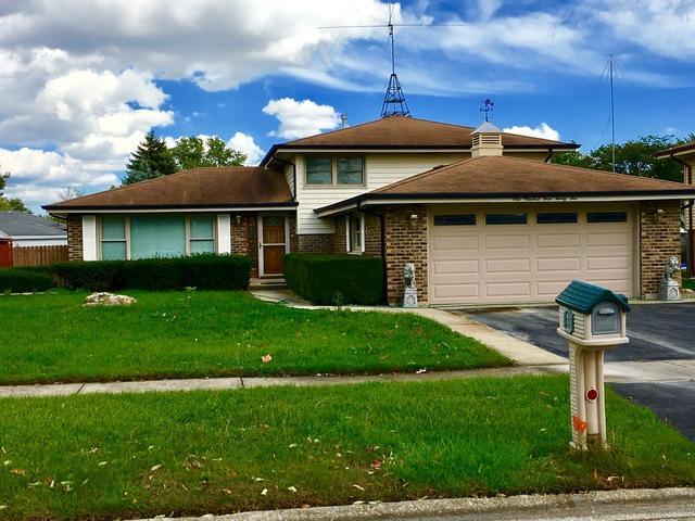 10325 S Michael Drive, Palos Hills, IL 60465 (MLS #10106122) :: The Dena Furlow Team - Keller Williams Realty