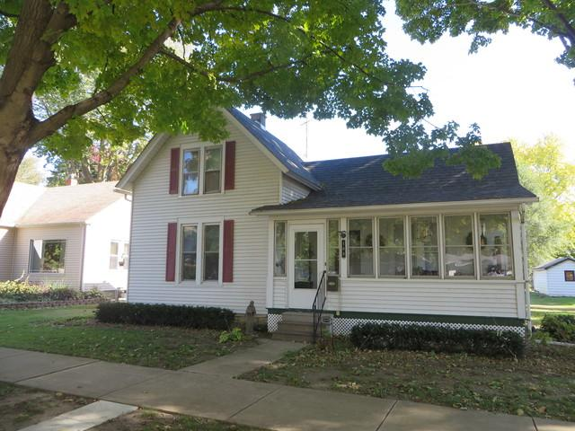 108 N Market Street, Momence, IL 60954 (MLS #10127978) :: Leigh Marcus | @properties