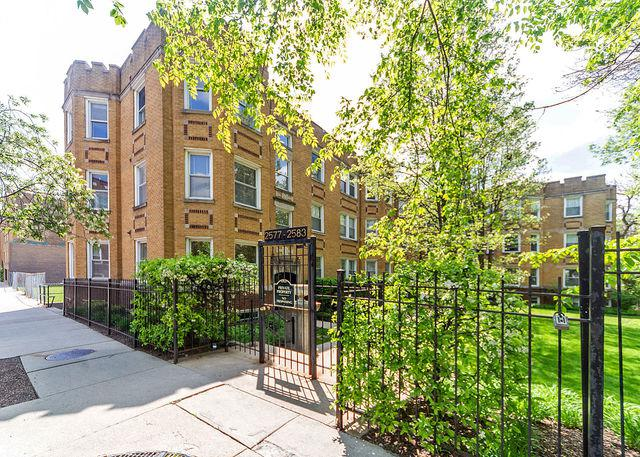 2577 W Montrose Avenue #3, Chicago, IL 60618 (MLS #10387067) :: Berkshire Hathaway HomeServices Snyder Real Estate