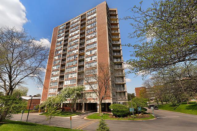 3925 Triumvera Drive 16C, Glenview, IL 60025 (MLS #10392817) :: Berkshire Hathaway HomeServices Snyder Real Estate