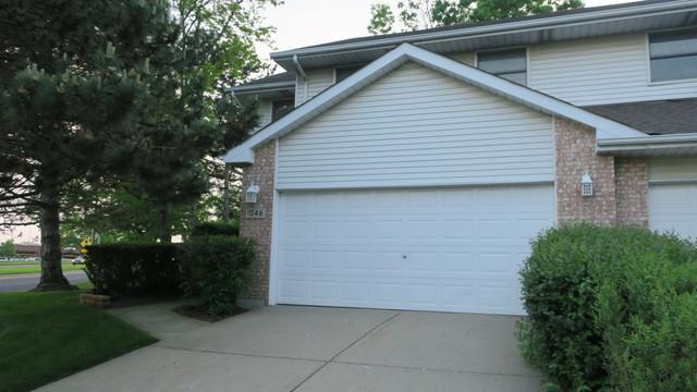 1046 Pinewood Drive, Downers Grove, IL 60516 (MLS #10393276) :: Ani Real Estate