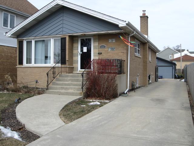 323 E Butterfield Road, Elmhurst, IL 60126 (MLS #10422590) :: Ryan Dallas Real Estate