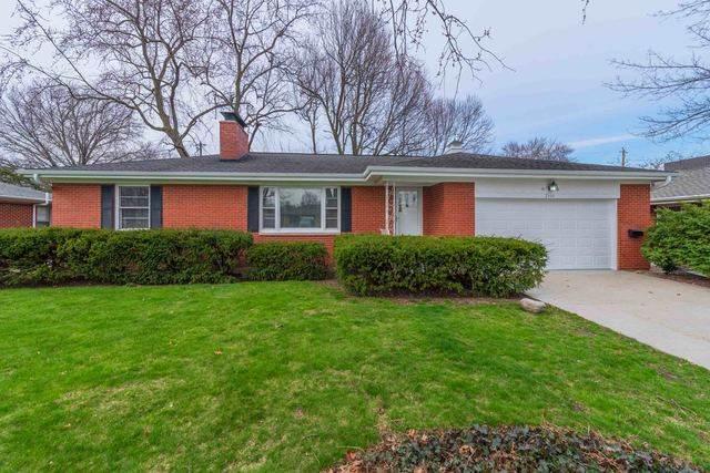 2304 E Jackson Street, Bloomington, IL 61701 (MLS #10682601) :: BN Homes Group