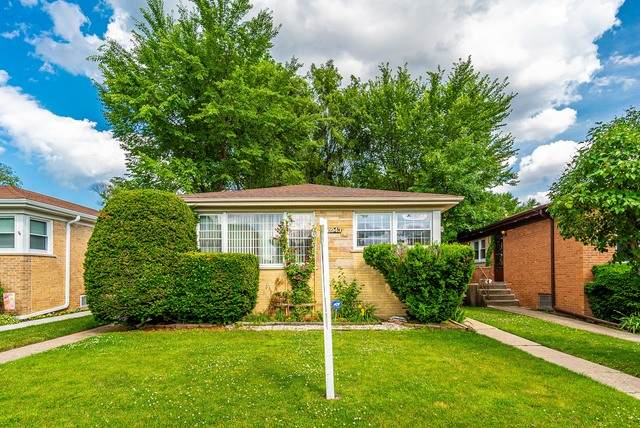 8943 N Niles Center Road, Skokie, IL 60076 (MLS #10764643) :: Property Consultants Realty