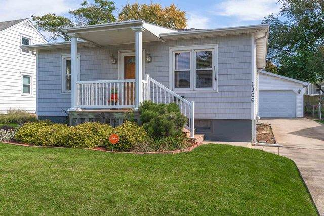 1306 S Madison Street, Bloomington, IL 61701 (MLS #10894343) :: Helen Oliveri Real Estate