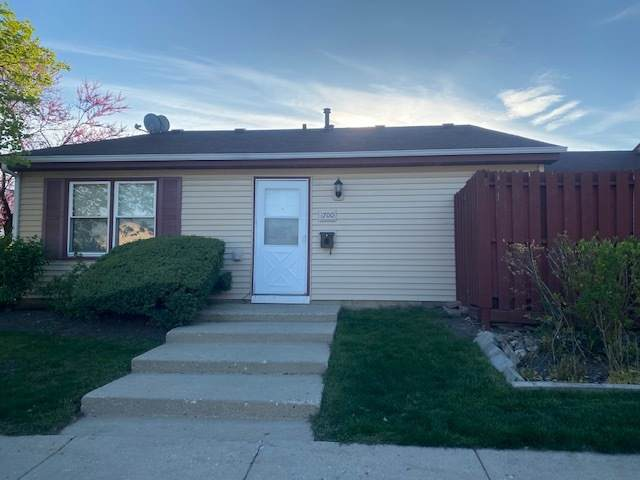1700 Queensbury Circle, Hoffman Estates, IL 60169 (MLS #11081001) :: Helen Oliveri Real Estate
