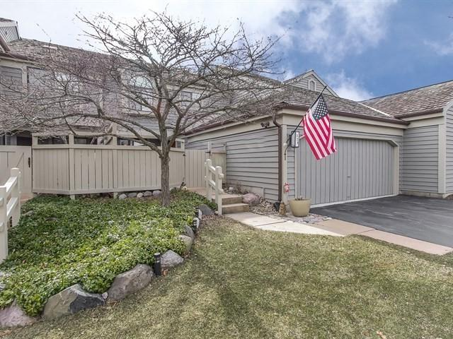 329 North Bay Court #329, Lake Barrington, IL 60010 (MLS #09887308) :: The Jacobs Group