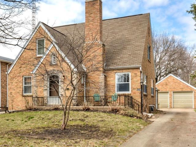 1212 E Grove Street, Bloomington, IL 61701 (MLS #10330890) :: BNRealty