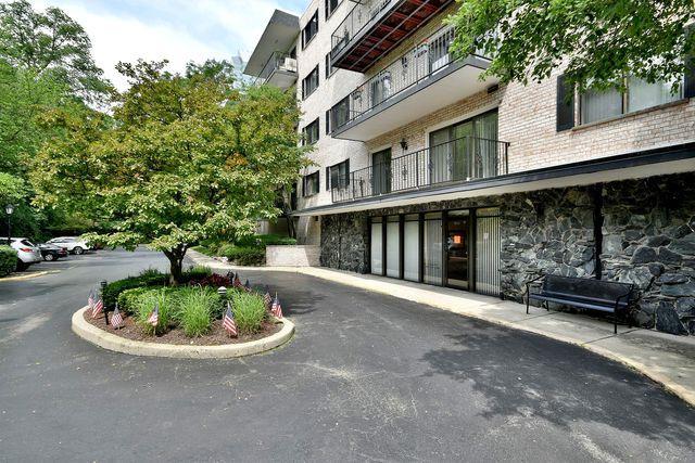 1S150 Spring Road 2B, Oakbrook Terrace, IL 60181 (MLS #10418362) :: Angela Walker Homes Real Estate Group