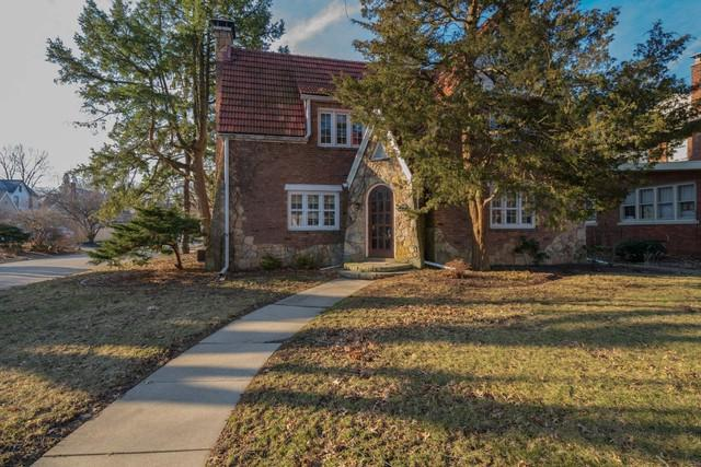 1421 E Grove Street, Bloomington, IL 61701 (MLS #10310542) :: Berkshire Hathaway HomeServices Snyder Real Estate