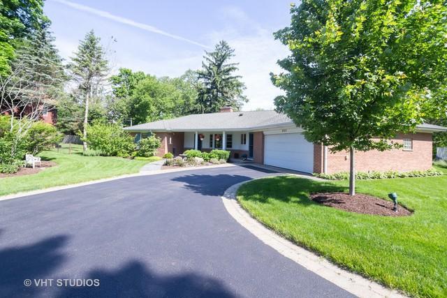 820 Queens Lane, Glenview, IL 60025 (MLS #10421386) :: Helen Oliveri Real Estate
