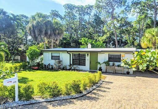 1390 Embassy Ln, Naples, FL 34104 (MLS #220061354) :: Avantgarde